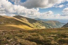 Piękni wzgórza i góry wypełniający z światłem słonecznym Zdjęcie Stock