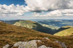 Piękni wzgórza i góry wypełniający z światłem słonecznym Obraz Stock