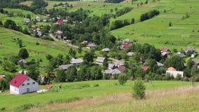 Piękni zieleni wzgórza i chałupa z czerwień dachem zbiory wideo