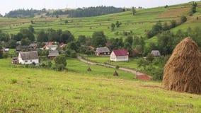 Piękni zieleni wzgórza i wioska w Carpathians, Ukraina zbiory wideo
