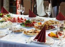 Pięknie bankieta stół z jedzeniem Zdjęcie Stock