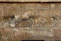 Pięknie dekorująca ściana przy Kom Ombo w Egipt pokazuje reliefowych rytownictwa szczegółowych hieroglify i Fotografia Stock