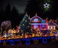 Pięknie dekorujący boże narodzenie dom z milion różnymi światłami i Betlejem Gramy główna rolę przy wierzchołkiem zdjęcia stock