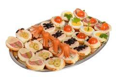 Pięknie dekorujący cateringu bankieta stół z hamburgerami i profiteroles zdjęcie royalty free
