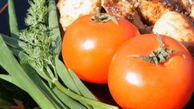 Pięknie dekorujący naczynie z kawałkami stek, pomidory i zielenie smażący, Mięsny grill lub shish kebab na czarnym naczyniu zbiory
