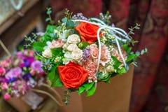 Pięknie dekorujący różany bukiet Kolorowy bukiet z różami tła składu powoju kwiatu tulipany biały Fotografia Stock
