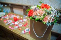 Pięknie dekorujący różany bukiet Kolorowy bukiet z różami tła składu powoju kwiatu tulipany biały Zdjęcie Royalty Free