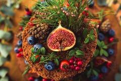Pięknie dekorujący tort z jagodami Zdjęcie Stock