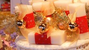 Pięknie pakujący biali asortowani handmade mydła na półkach różnorodna forma i rozmiar na bożych narodzeniach wprowadzać na rynek zdjęcie wideo