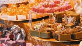 Pięknie pakujący kolorowi asortowani handmade mydła na półkach różnorodna forma i rozmiar na bożych narodzeniach wprowadzać na ry zdjęcie wideo