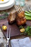 Pięknie piec na grillu jagnięcy ziobro kotlecika stki, średni rzadki zdjęcie stock