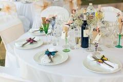 Pięknie słuzyć ślubu stół z mnóstwo dekoracjami Zdjęcie Royalty Free