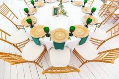 Pięknie uorganizowany wydarzenie - słuzyć świąteczni round stoły przygotowywający dla gości zdjęcia royalty free