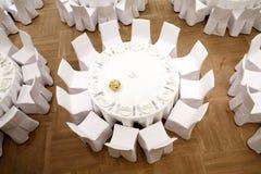 Pięknie uorganizowany wydarzenie - słuzyć świąteczni stoły Obraz Stock