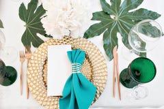 Pięknie uorganizowany wydarzenie - słuzyć świąteczni stoły przygotowywający dla gości fotografia royalty free