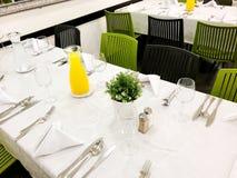 Pięknie uorganizowany wydarzenie - słuzyć świąteczny biel zgłasza gotowego dla gości Wydarzenie w restauraci obrazy royalty free