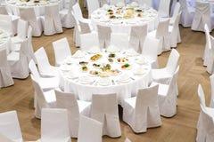 Pięknie uorganizowany wydarzenie - słuzyć bankietów stoły obraz stock