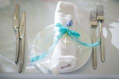 Pięknie uorganizowany wydarzenie - słuzyć bankietów stoły przygotowywający dla gości zdjęcie stock