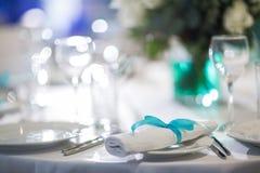 Pięknie uorganizowany wydarzenie - słuzyć bankietów stoły przygotowywający dla gości obraz stock