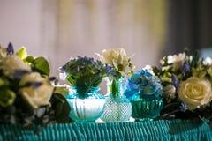 Pięknie uorganizowany wydarzenie - słuzyć bankietów stoły przygotowywający dla gości zdjęcie royalty free