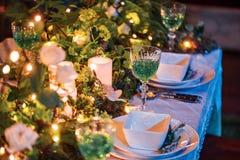 Pięknie uorganizowany wydarzenie - słuzyć bankietów stoły przygotowywający dla gości fotografia stock