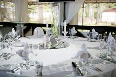 Pięknie uorganizowany wydarzenie - słuzyć bankietów stoły przygotowywający dla gości obrazy stock
