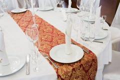 Pięknie uorganizowany wydarzenie - słuzyć round stołu zakończenie zdjęcie royalty free