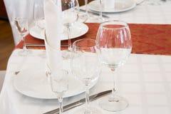 Pięknie uorganizowany wydarzenie - słuzyć round stołu zakończenie Obrazy Stock
