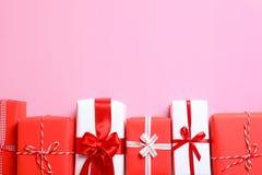 Pięknie zawijający prezentów pudełka obrazy royalty free