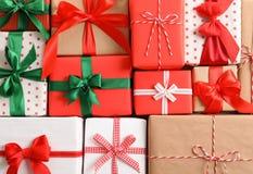 Pięknie zawijający prezentów pudełka jako tło zdjęcie royalty free
