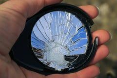 Piękno łamany lustro w małych pęknięciach w ręce obraz royalty free