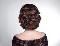 Piękno ślubna fryzura Panna młoda Brunetki dziewczyna z kędzierzawym włosy s Fotografia Stock