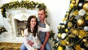 Piękno żona I Patrzeje W kamerę, obejmowanie i całowanie w Jaskrawym pokoju na tle Świąteczny, zdjęcie wideo