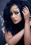 Piękno afro dziewczyna z kotem uzupełniał, kreatywnie Fotografia Stock