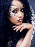 Piękno afro dziewczyna z kotem uzupełniał, kreatywnie lamparta druk Obraz Royalty Free