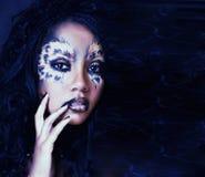 Piękno afro dziewczyna z kotem uzupełniał, kreatywnie lamparta druku closeu Obrazy Royalty Free