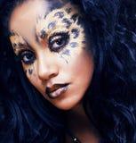 Piękno afro dziewczyna z kotem uzupełniał, kreatywnie lamparta druku closeu Zdjęcie Stock