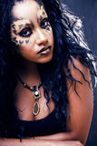 Piękno afro dziewczyna z kotem uzupełniał, kreatywnie lamparta druku closeu Fotografia Stock