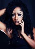 Piękno afro dziewczyna z kotem uzupełniał, kreatywnie lamparta druku closeu Obraz Royalty Free