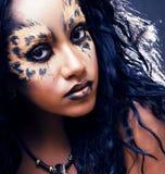 Piękno afro dziewczyna z kotem uzupełniał, kreatywnie lamparta druku closeu Obrazy Stock