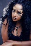 Piękno afro dziewczyna z kotem uzupełniał, kreatywnie lamparta druku zbliżenia Halloween kobieta Obraz Royalty Free