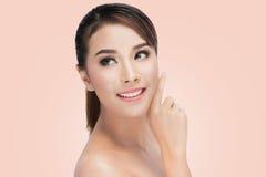 Piękno azjata portret Pięknego zdroju Azjatycka kobieta Dotyka jej twarz Perfect Świeża skóra Obrazy Royalty Free