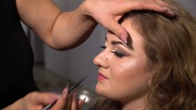 Piękno bar Młody piękny dziewczyna model siedzi w krześle Makeup artysta robi dziewczyny makeup Makeup artysta zbiory
