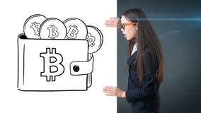 Piękno biznesowa kobieta stoi blisko btc loga Pomyślna Bitcoin inwestycja Pojęcie wirtualny criptocurrency obraz royalty free