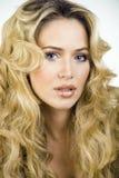 Piękno blond kobieta z długim kędzierzawego włosy zakończeniem up Obrazy Stock