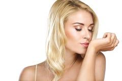 Piękno blondynki kobiety odór jego pachnidło na bielu obrazy stock