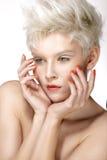 Piękno blondynki modela fryzury perfect manicure i makeup obrazy royalty free