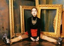 Piękno brunetki bogata kobieta w luksusowy wewnętrzny pobliskim opróżnia ramy, rocznik elegancja obrazy stock