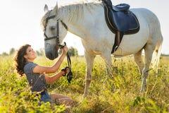 Piękno brunetki kobieta z koniem zdjęcia stock