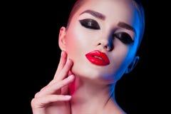 Piękno brunetki kobieta z perfect kotów oczu makeup Fachowy wakacyjny makijaż Piękna dziewczyny ` s twarz obraz royalty free